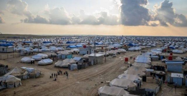 بالصورة.. نساء داعش يقتلن إمرأة بطريقة بشعة في مخيم للنازحين