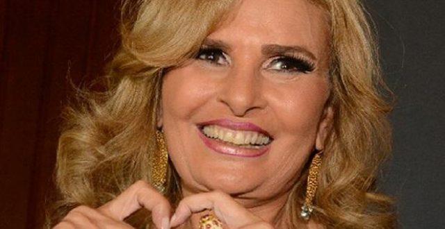 """بالصورة..مواقع التواصل الاجتماعي تضج بصورة للفنانة المصرية""""يسرا""""وهي منهارة بسبب وفاة والدتها اليوم"""
