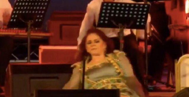 الفنانة ميادة الحناوي تفقد توازنها وتسقط على خشبة المسرح في تونس