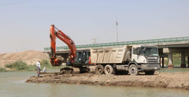 الموارد المائية في ذي قار تقوم بأعمال صيانة السداد الفيضانية بهدف حماية المدن والأراضي الزراعية من ارتفاع مناسيب المياه