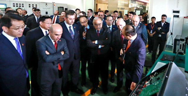 رئيس مجلس الوزراء عادل عبدالمهدي يزور شركة معدات الطاقة الشمسية