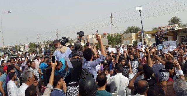 متظاهرون في بدرة يقطعون الطريق مع ايران