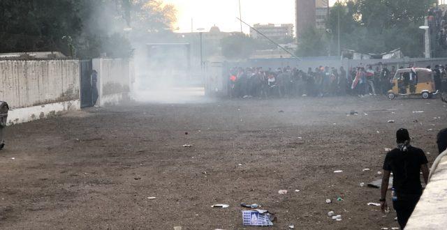 عاجل… استخدام مفرط للغاز المسيل للدموع والقنابل الصوتية واستمرار اطلاق قنابل الدخان باتجاه المتظاهرين في ساحة التحرير