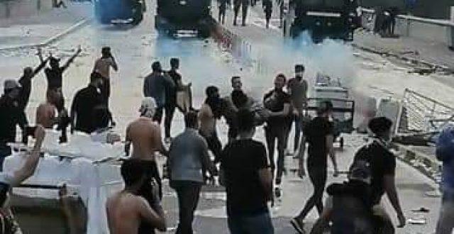 القوات الامنية تطلق الغاز المسيل للدموع تجاه متظاهري ساحة التحرير في بغداد
