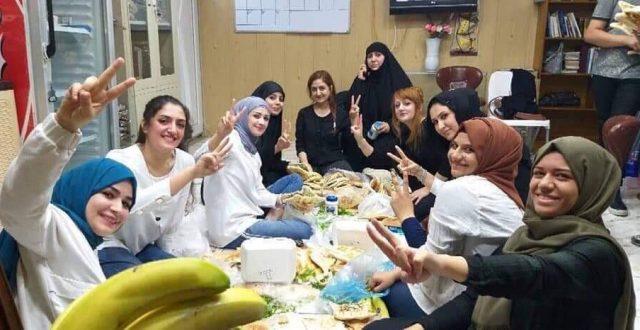 بالصور: الامهات العراقيات في بغداد يجتمعن لتحضير الطعام للمتظاهرين