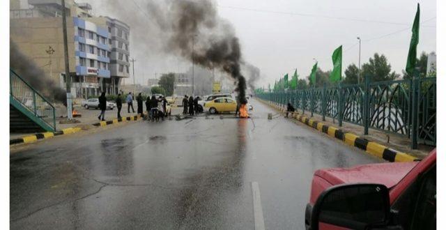 متظاهرون يغلقون الطريق بين النجف والكوفة