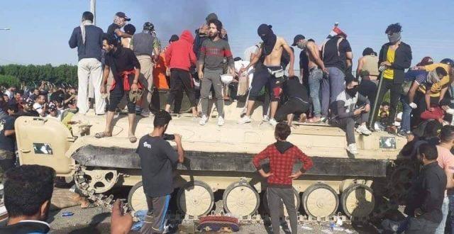 بالصور .. متظاهرون يسيطرون على ناقلة مشاة قتالية BMP-1، بعدما حاولت قوةٌ أمنية فتح ميناء ام قصر – البصرة