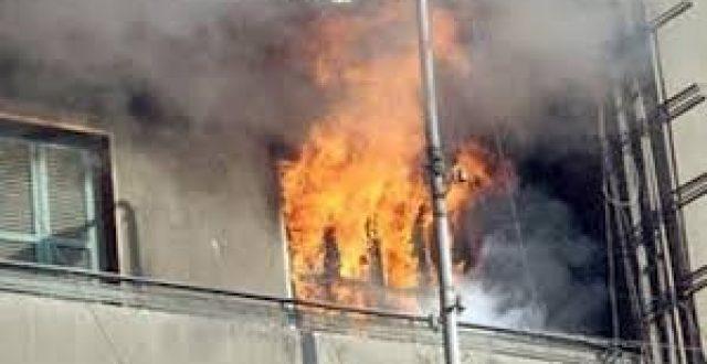 فرق الدفاع المدني تنقذ عائلة حاصرتها النيران داخل شقتهم في منطقة الاعظمية وسط بغداد