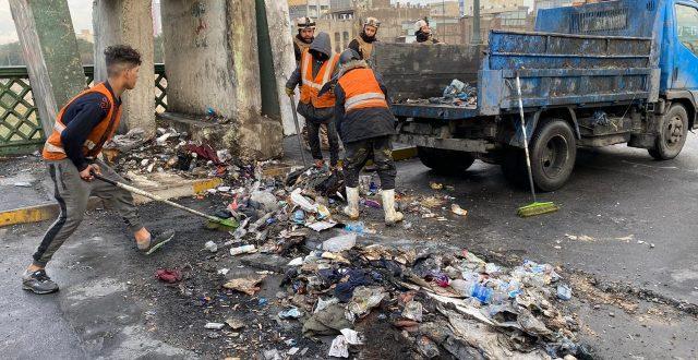 بالصور.. حملة تنظيف جسر الأحرار وسط بغداد بعد رفع الكتل الكونكريتية وإعادة فتحه