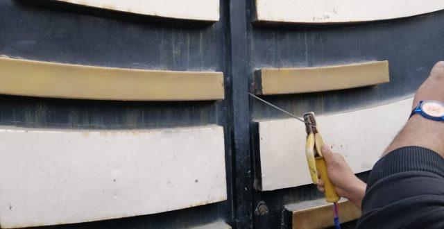 """بالصور.. بـ""""اللحام"""" متظاهرون يغلقون مكتب البرلمان في كربلاء"""