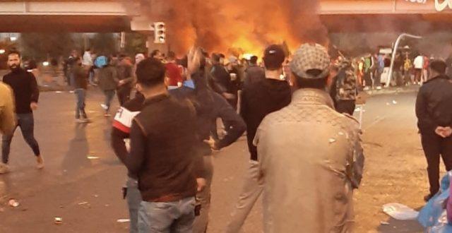 متظاهرون يقطعون طريق سريع محمد القاسم من جانب النهضة ببغداد