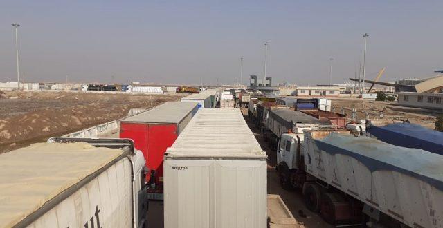سبب السونار.. سائقو الشاحنات العراقية ينامون بالعراء منذ أسبوع كامل في منفذ الشلامجة