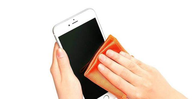 ٧ أشياء يجب ألا تستخدمها أبداً في تنظيف شاشة هاتفك