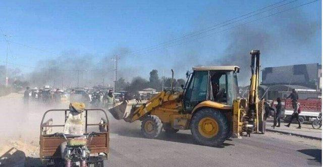 """""""صور"""" متظاهرو النجف يقطعون الطريق الرابط بين المحافظة وكربلاء بساتر ترابي"""