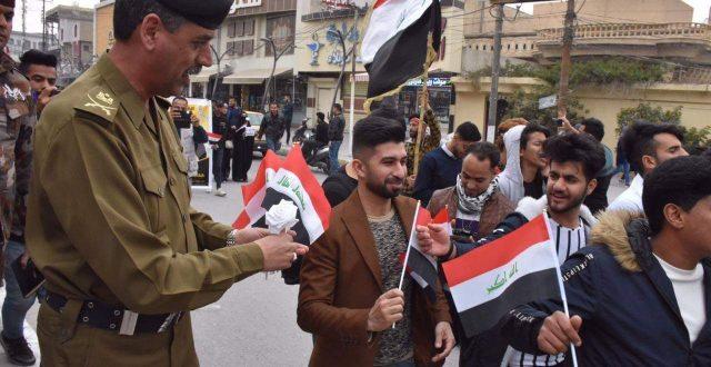 هي الأولى في كربلاء .. بالصور.. شرطة كربلاء توزع الأعلام العراقية على المتظاهرين