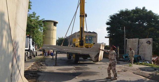 رفع الكتل الكونكريتية من محيط شارع حيوي في بغداد