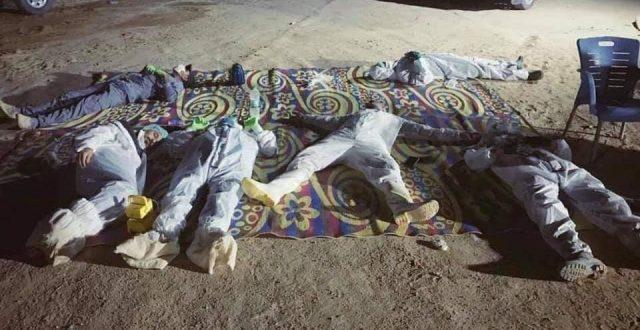 شاهد بالصورة.. أعضاء فرقة الإمام علي بعد إكمالهم دفن 29 متوفياً بفيروس كورونا