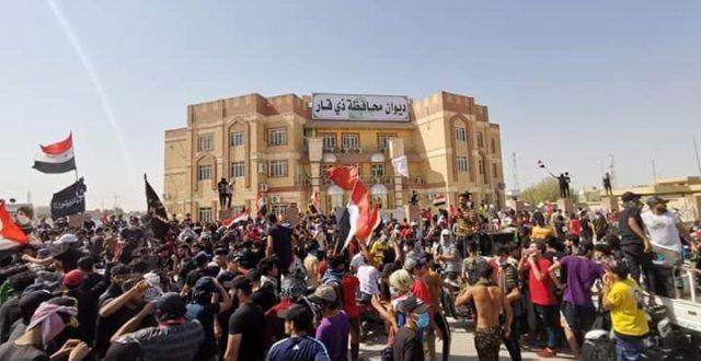 بالصورة.. أهالي ذي قار يحاصرون مبنى ديوان المحافظة للمطالبة بإقالة جميع المدراء العامين