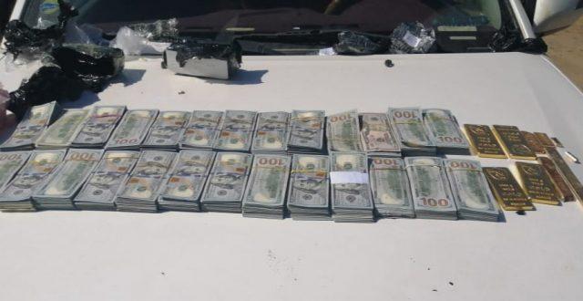 بالصورة.. القبض على متهم بحوزته (٢٥٠٠٠) دولار أمريكي و(٥) كيلو من الذهب معدة للتهريب