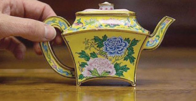 بَيع إبريق شاي في مزاد بـ390 ألف جنيه إسترليني