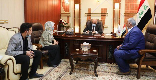 وزير التعليم يستقبل طالبة الدكتوراه دعاء فلاح ويوعز بتعيينها في الجامعات والكليات الأهلية
