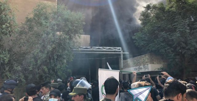 رداً على الاساءة للحشد الشعبي.. بالصور: اقتحام وحرق مقر الحزب الديمقراطي الكردستاني ببغداد