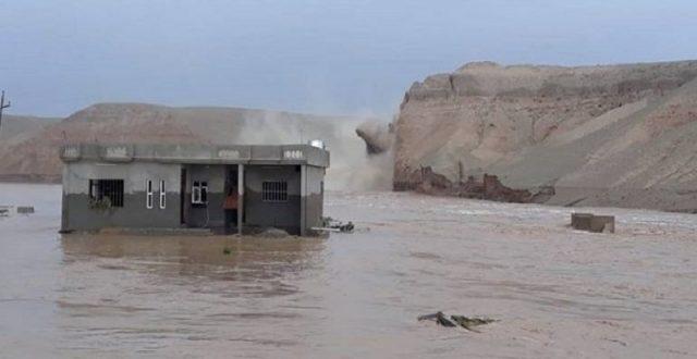 سيول تتسبب بجرف جسر وغرق منازل في الرطبة