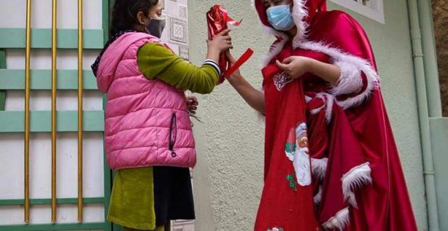 شابة موصلية تجسد دور ماما نويل لتزرع الابتسامة على وجوه الأطفال بين أحياء المدينة المنكوبة