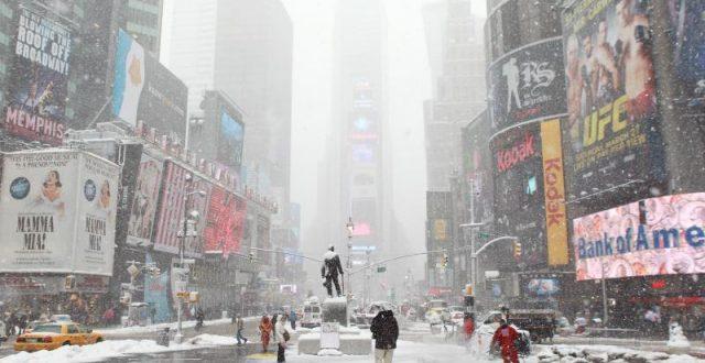 الثلوج تغطي مدينة نيويورك الأمريكية وفرض حالة الطوارئ