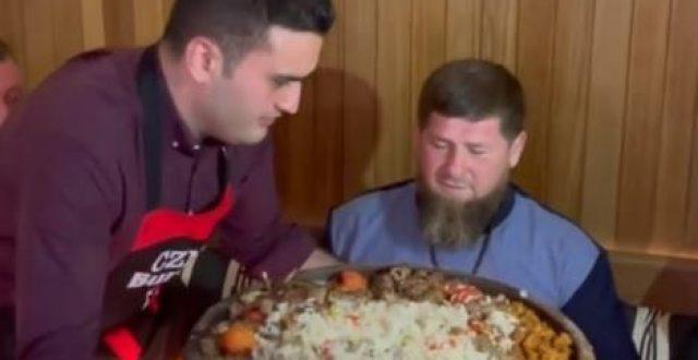 الشيف بوراك ينفّذ خدعة أثناء تقديمه الطعام للرئيس الشيشاني قديروف
