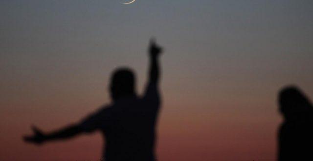 بالصورة.. هلال رمضان يحتضن سماء العراق