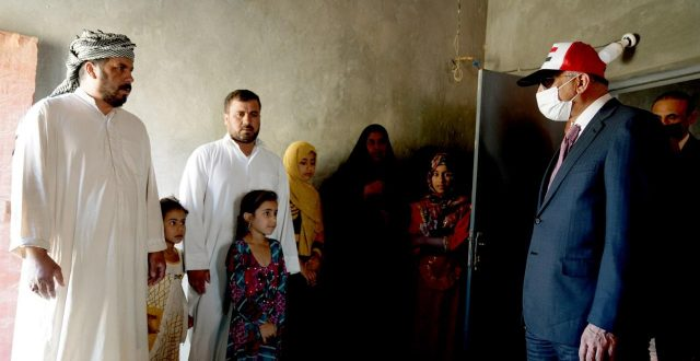 الكاظمي يزور منازل عدد من المواطنين في المثنى ويتفقد احوالهم