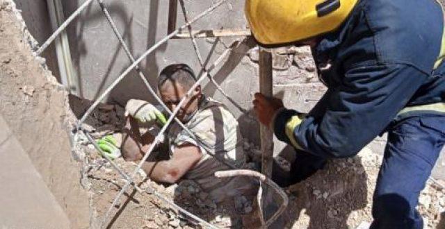 بالصور.. أنهيار منزل شرقي بغداد والدفاع المدني ينقذ عاملين من تحت الركام