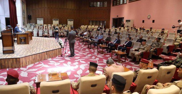 بالتزامن مع ذكرى تحرير الموصل.. وزير الداخلية يلتقي كوكبة من الضباط المترقين ويقدم التهاني لهم