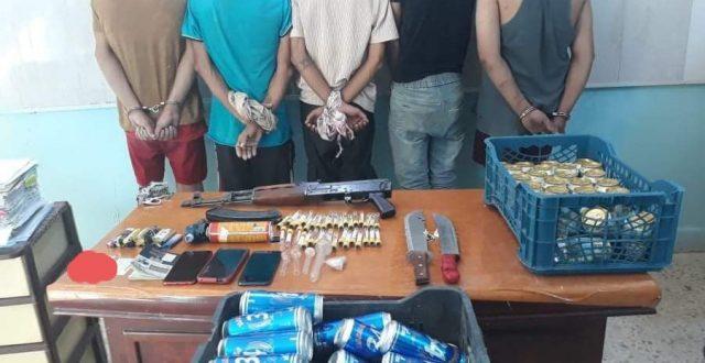 شرطة الديوانية تلقي القبض على ٥ متهمين بحوزتهم سلاح ومواد مخدرة