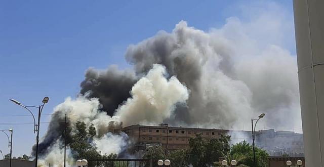 الان الدخان يتصاعد في سماء سامراء حريق يلتهم مخازن شركة ادوية سامراء