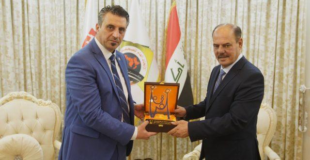 نقيب الصحفيين العراقيين يتسلم درع المفوضية العليا المستقلة للانتخابات ويؤكد على تكثيف الحملات الاعلامية للانتخابات